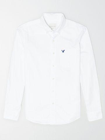 חולצה מכופתרת עם כיס ולוגו / גברים