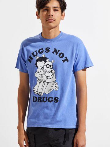 טי שירט עם הדפס ארתור Hugs Not Drugs
