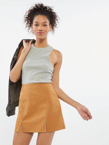 חצאית מיני בהדפס משבצות עם שסעים UO