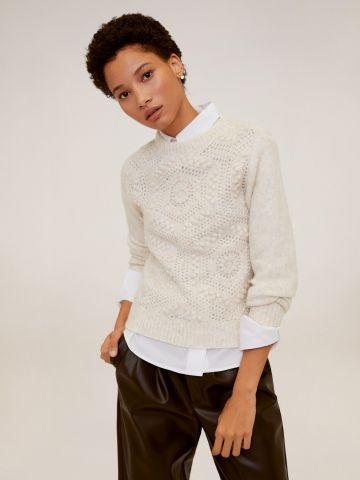 סוודר בטקסטורות משתנות עם חירורים