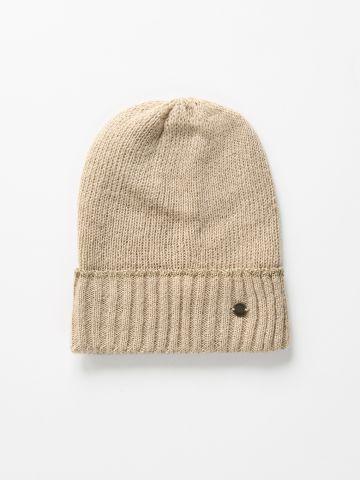 כובע גרב עם עיטור מטאלי