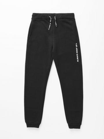 מכנסי טרנינג עם הדפס כיתוב / בנים