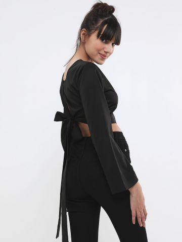 חולצת קרופ עם קשירה בגב