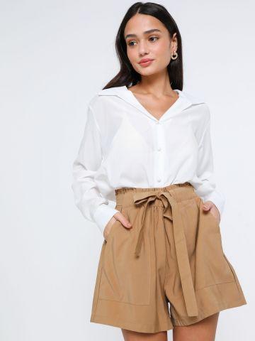 מכנסיים קצרים עם חגורת קשירה
