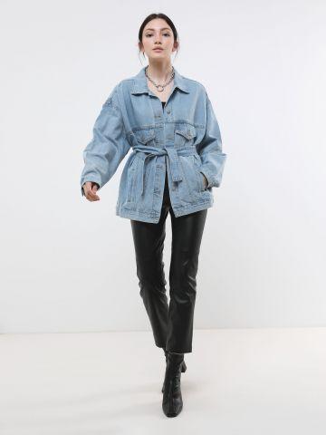 ג'קט ג'ינס אוברסייז עם חגורה נלווית