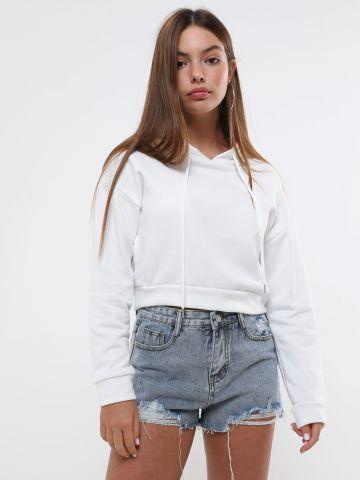 ג'ינס קצר עם קרעים בסיומת גזורה