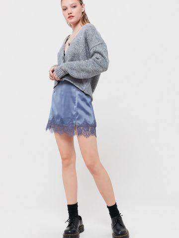 חצאית סאטן מיני עם תחרה UO