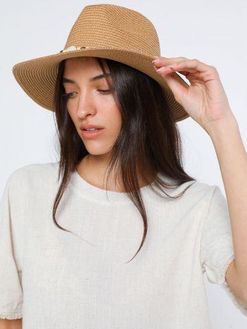 כובע קש רחב שוליים בעיטור סרט צדפים