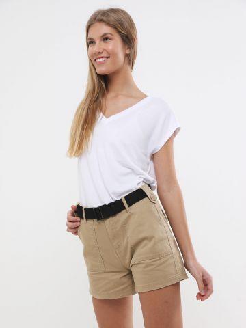 מכנסיים קצרים עם חגורה