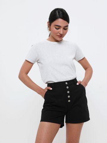 מכנסיים קצרים בגזרה גבוהה עם כפתורים