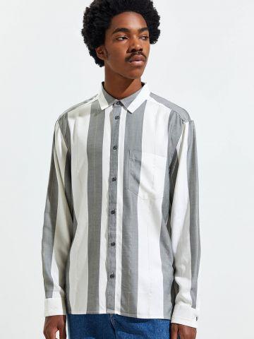 חולצה מכופתרת בהדפס פסים בשילוב פסים מטאליים UO