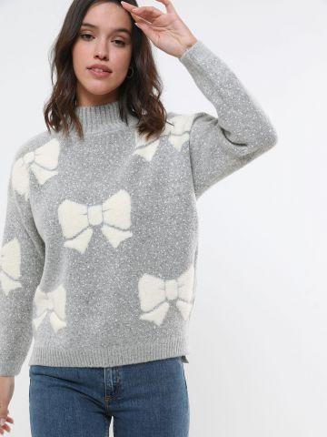 סוודר בדוגמת פפיון עם צווארון גבוה
