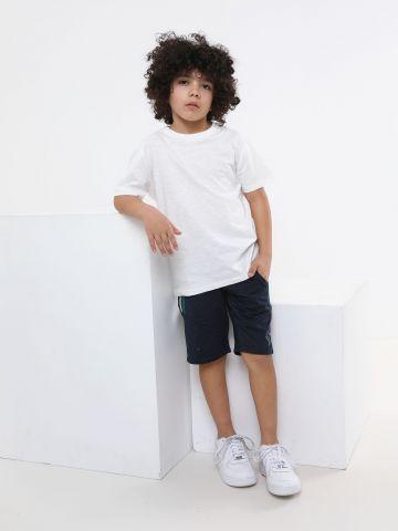 מכנסי אקטיב קצרים עם סטריפים ולוגו