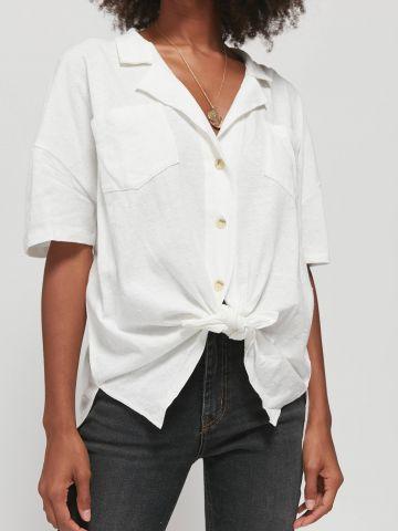 חולצה מכופתרת בשילוב קשירה UO