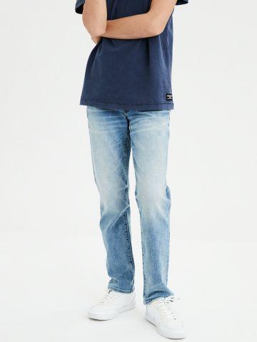 ג'ינס בגזרה ישרה עם הלבנה