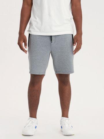 מכנסי טרנינג קצרים עם כיסים מודגשים