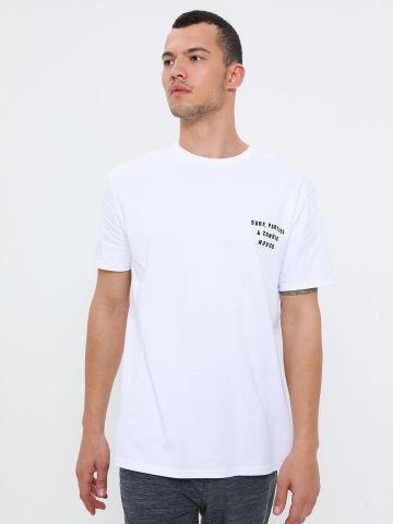 טי שירט עם הדפס איור ולוגו בגב