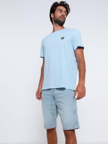 ג'ינס קצר בשטיפה בהירה של WRANGLER