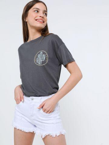 ג'ינס קצר עם קרעים ופרנזים