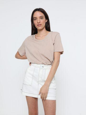 חצאית ג'ינס מיני עם תיפורים מודגשים