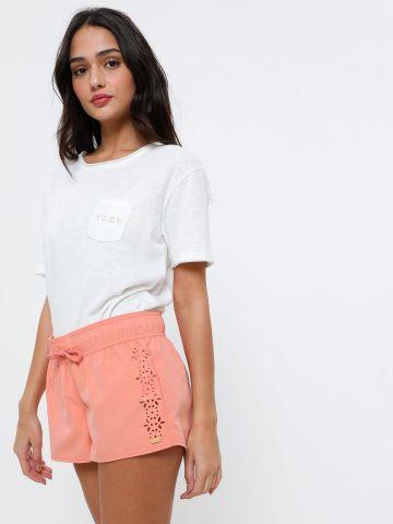 מכנסי בורדשורט קצרים עם עיטורי חירורים