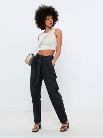 ג'ינס אוברסייז בשילוב חגורה
