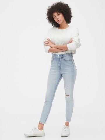 ג'ינס סקיני עם קרעים בשטיפה בהירה