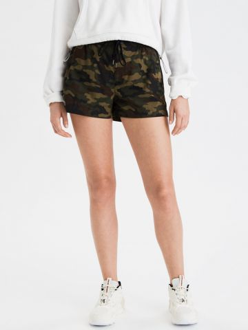 מכנסי ניילון קצרים בהדפס קמופלאז' / נשים