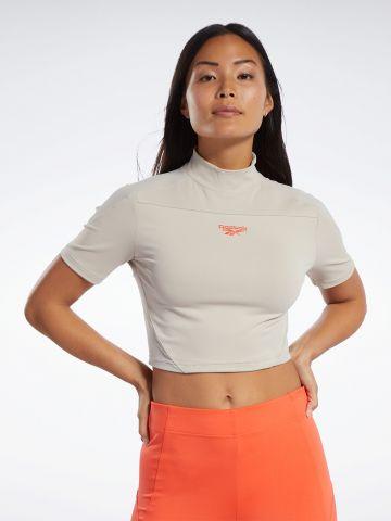 חולצת קרופ עם לוגו וצווארון גבוה