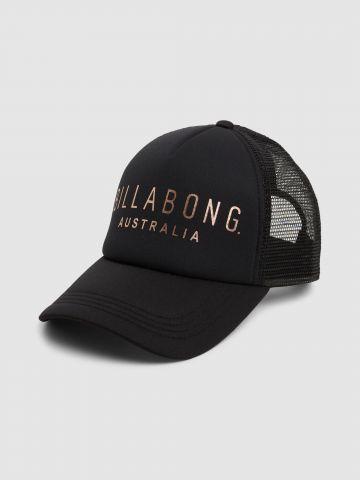 כובע מצחייה עם לוגו מטאלי / נשים