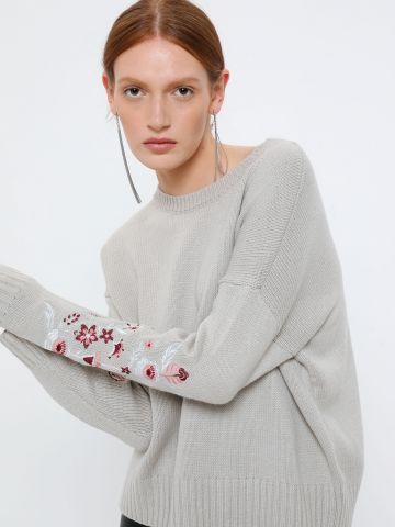 סוודר אוברסייז עם רקמת פרחים