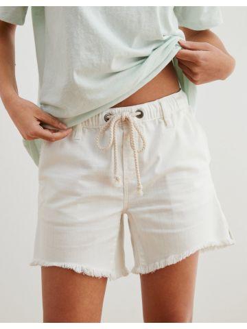מכנסי ג'ינס קצרים עם גומי  של AERIE