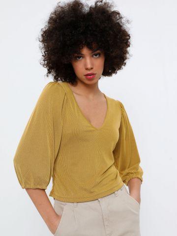חולצת ריב וי עם שרוולים נפוחים של YANGA