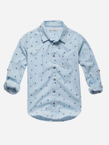 חולצה מכופתרת בהדפס אותיות עם כיס / בנים
