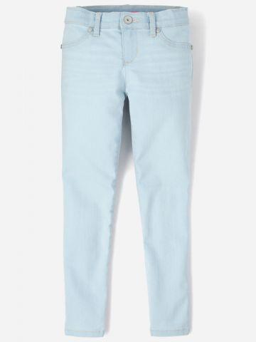 מכנסי ג'ינס ארוכים בשטיפה בהירה