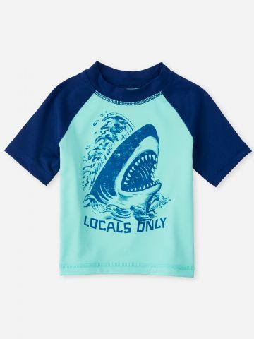 חולצת גלישה עם הדפס כריש / 6M-5Y של THE CHILDREN'S PLACE