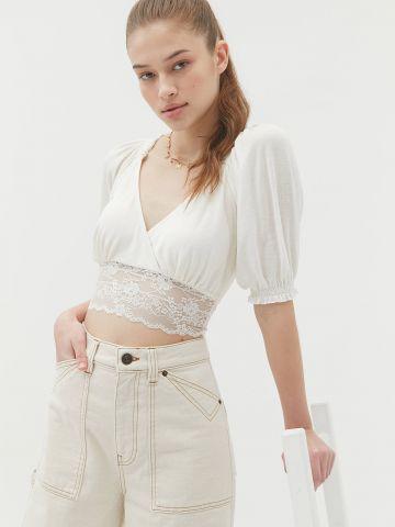 חולצת קרופ מעטפת עם תחרה UO