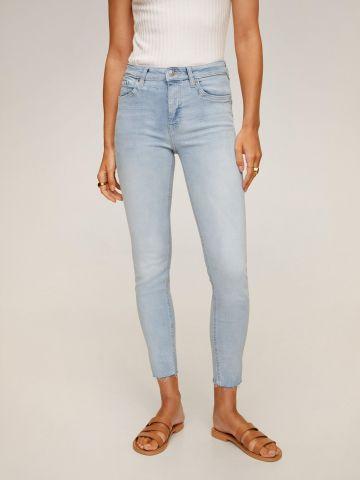ג'ינס סקיני בשטיפה בהירה של MANGO