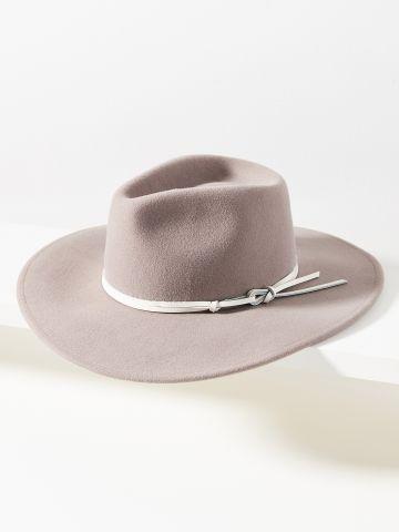 כובע רחב שוליים עם סרט עור