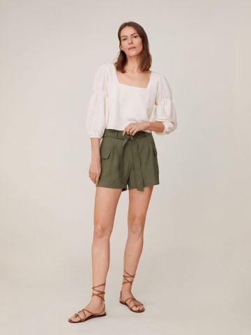 מכנסיים עם כיסים וחגורת קשירה