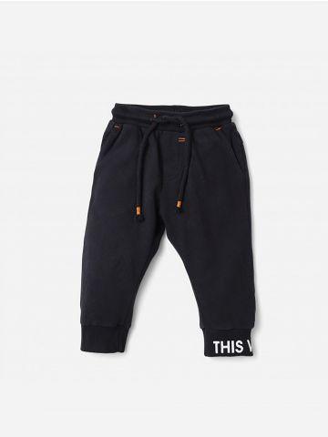 מכנסי טרנינג עם כיתוב בסיומת / 0-24M