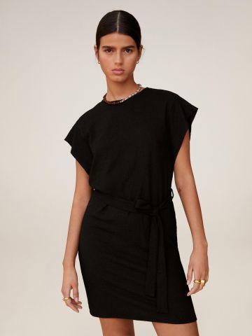 שמלה מיני עם חגורת קשירה של MANGO