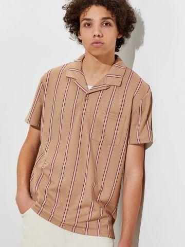 חולצת פולו בהדפס פסים עם כיס UO