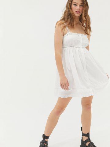 שמלת מיני מכופתרת עם עיטורי רקמה UO