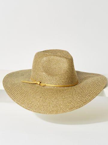 כובע קש רחב שוליים עם רצועת קשירה