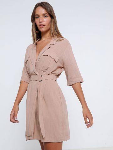 שמלת מיני מעטפת עם כיסים וחגורה של YANGA