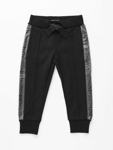 מכנסי טרנינג עם סטריפים בהדפס Love / בנות של FOX