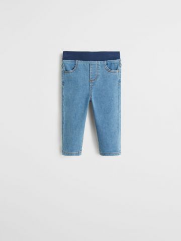 מכנסיים דמוי ג'ינס סטרץ' עם גומי במותן / 9M-4Y של MANGO